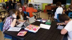 Groupe d'élèves travaillant avec les Ipads