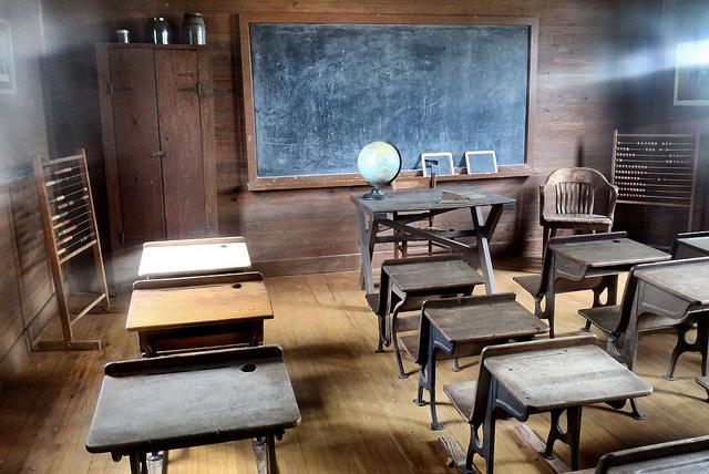 Ancienne classe d'école avec tableau noir