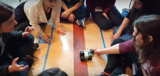 """Atelier de robotique modulaire Cubelets dans le cadre de l'activité """"Les filles et les sciences""""."""