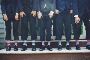 Hommes portant un complet avec chaussettes rayées de couleur vive
